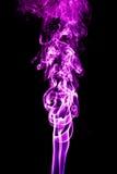 Humo púrpura en un fondo negro Imagen de archivo libre de regalías