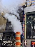 Humo que sale de las chimeneas y de las alcantarillas en NYC fotografía de archivo