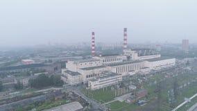 Humo sobre un edificio industrial o una planta debido a los incendios forestales Contaminación atmosférica y problemas ambientale almacen de metraje de vídeo