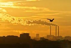 Humo tóxico negro de fábricas de productos químicos Imagenes de archivo