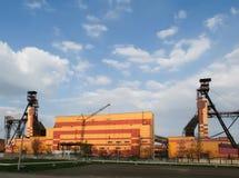 Humo tóxico negro de fábricas de productos químicos Foto de archivo libre de regalías