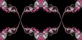 Humo torcido abstracto del rosa, verde y blanco aislado en el fondo negro, formado en círculos Foto de archivo