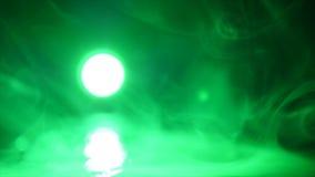 Humo verde en fondo negro almacen de video