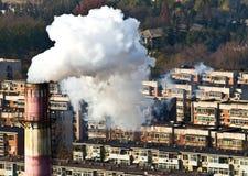 Humo y contaminación atmosférica en bloque residental Foto de archivo libre de regalías