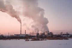 Humo y niebla de la central térmico en el invierno foto de archivo