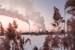 Humo y niebla de la central térmico en el invierno fotos de archivo libres de regalías