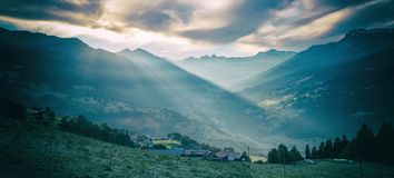 Humor da manhã com nascer do sol, vista à paisagem do prattigau fotos de stock