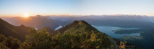 Humor da manhã na montanha do martinskopf, com sol de aumentação e bavari fotografia de stock royalty free
