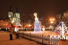 Humor de la Navidad en la vieja plaza nevosa de Praga Imagen de archivo