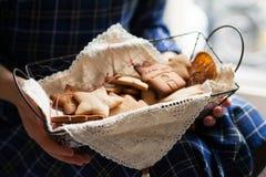 Humor de la Navidad: tiempo de la familia, cocinando las galletas del pan de jengibre fotografía de archivo