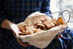 Humor de la Navidad: tiempo de la familia, cocinando las galletas del pan de jengibre imagen de archivo libre de regalías