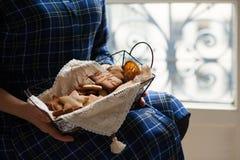 Humor de la Navidad: tiempo de la familia, cocinando las galletas del pan de jengibre imagenes de archivo