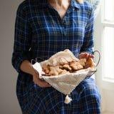 Humor de la Navidad: tiempo de la familia, cocinando las galletas del pan de jengibre fotografía de archivo libre de regalías