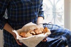 Humor de la Navidad: tiempo de la familia, cocinando las galletas del pan de jengibre foto de archivo libre de regalías