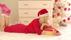 Humor de la Pre-Navidad Muchacha feliz enjoing la atmósfera del Año Nuevo Feliz Navidad y vacaciones de invierno Muchacha que jue almacen de video