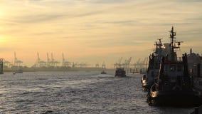 Humor de la puesta del sol en el puerto Alemania de Hamburgo almacen de video
