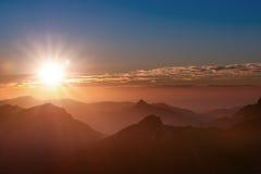 Humor de la puesta del sol encima de la montaña del Tirol Imágenes de archivo libres de regalías