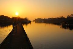 Humor de la tarde en el embarcadero en la puesta del sol Imagenes de archivo
