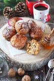 Humor del Año Nuevo: molletes condimentados de la miel con las nueces, dos tazas de café Fotos de archivo libres de regalías