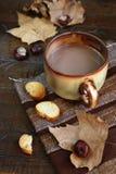 Humor del otoño: castañas, litera de la hoja y rebanada de baguette Fotos de archivo libres de regalías