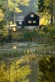 Humor del otoño con la choza en un lago Fotografía de archivo libre de regalías