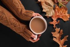 Humor del otoño, mujer que sostiene la taza de café caliente en manos fotografía de archivo