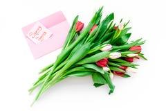 Humor del resorte Los tulipanes cerca de la primavera son letras de la mano que vienen en la opinión superior del fondo blanco Id Foto de archivo libre de regalías