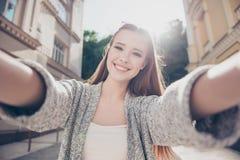 Humor despreocupado y feliz, soleado La muchacha sonriente joven linda es makin imagen de archivo