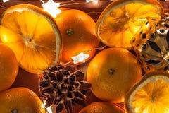 Humor do ano novo e do Natal, decoração da tabela de ano novo, festões, estrelas, cones fotos de stock