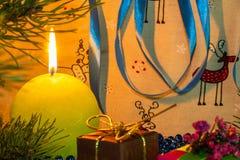 Humor do ` s do ano novo Vela bonita do Natal sob o Natal fotografia de stock royalty free