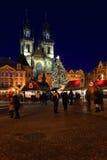 Humor en plaza nevosa de la noche la vieja, Praga, República Checa de la Navidad Foto de archivo