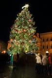 Humor en plaza nevosa de la noche la vieja, Praga, República Checa de la Navidad Fotos de archivo libres de regalías