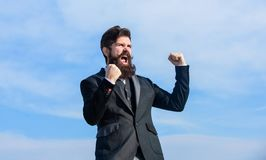 Humor optimista ?xito y suerte Siendo optimista Hombre de negocios optimista barbudo del hombre llevar el fondo formal del cielo  foto de archivo