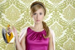 Humor retro da dona de casa da mulher do vintage do ferro da roupa Imagem de Stock Royalty Free