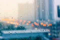 Humor romántico y solitario cerca de la ventana de cristal en llover fotos de archivo