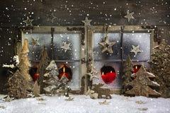 Humor y atmósfera: la decoración de la ventana de la Navidad en rojo con corteja Fotos de archivo