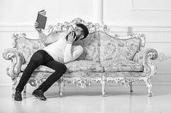 Humoristisch literatuurconcept Kerel die oud boek met plezier lezen Macho op het lachen het boek van de gezichtslezing Mens met b royalty-vrije stock afbeelding
