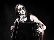 Humoristisch portret van de mens in de kleren en scull de make-up van de gothstijl royalty-vrije stock foto