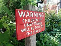 Humoristisch tuinteken buiten huis in Bricket-Hout stock foto's