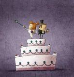 Humoristische illustratie van bruid en bruidegom die zich op huwelijkscake bevinden Stock Afbeelding