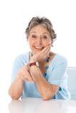 Humoristische oudere dame die - oudere die vrouw richten op witte bac wordt geïsoleerd Royalty-vrije Stock Fotografie