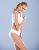 Humoristisk stående av en kvinna som böjer henne biceps Royaltyfria Bilder