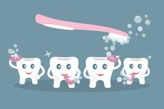 Humoristiskt begrepp som borstar tänder Gulliga tecknad filmstiltänder tvättar sig med purpurfärgade svampar, såpbubblor och den  stock illustrationer