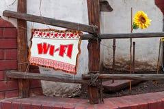 Humoristiskt tecken Wi-Fi i ukrainsk designstil Arkivbilder