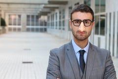 Humorvoller Geschäftsmann, der eine Verkleidung trägt stockfotografie
