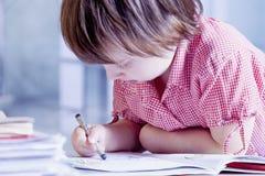 Humorvolles Porträt des Kindermädchen-Künstlerdesigners zeichnet einen Bleistift s Lizenzfreie Stockbilder