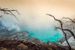 Humos de azufre del cráter del volcán de Kawah Ijen en Indonesia fotos de archivo libres de regalías