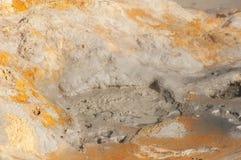 Humos de azufre Fuming en Hverir, en el sistema volcánico de Krafla, en Islandia imagen de archivo