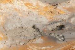 Humos de azufre Fuming en Hverir, en el sistema volcánico de Krafla, en Islandia foto de archivo libre de regalías