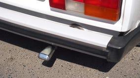Humos de la combustión que salen del tubo de escape del coche almacen de metraje de vídeo